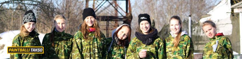 Tüdrukud talvel paintballi mängimas